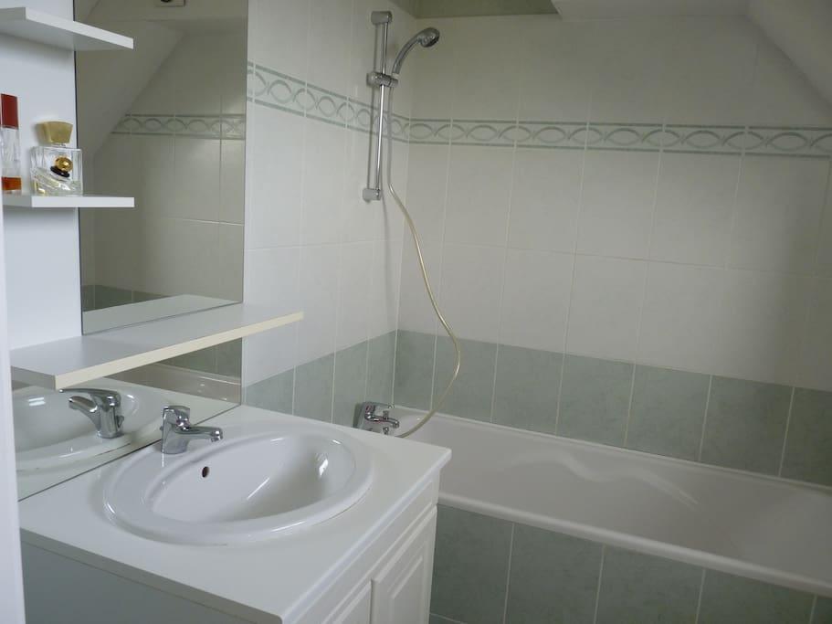 Jolie chambre et salle de bain ds appart apartments for for Salle de bain translation