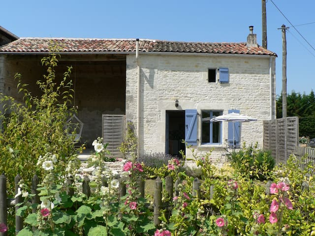 Rural tranquillity in cosy cottage - Crézières - House