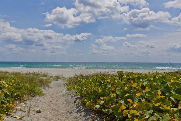 Cute cottage on PRIVATE BEACH - Delray Beach - Talo