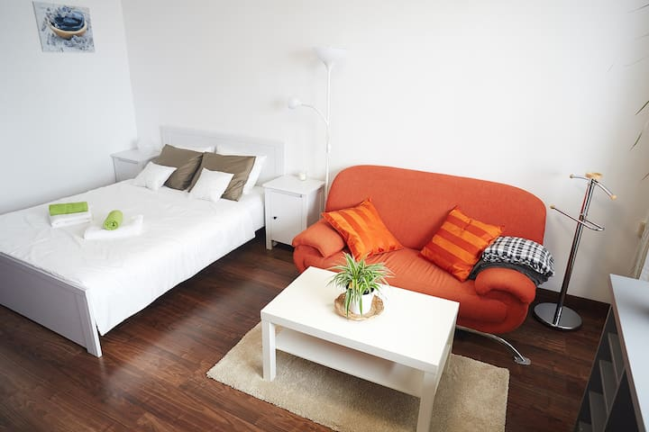 AMAZING COZY Apt 10min from CENTER & PORTABLE WiFi
