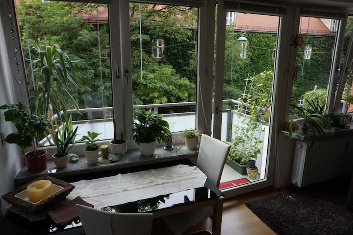 Cozy Apartment + Balcony in Schwabing City Center! - München - Apartment