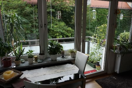 Cozy Apartment + Balcony in Schwabing City Center! - Munich - Appartement