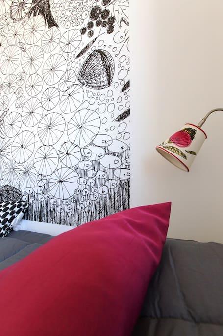 Particolare lampada dipinta a mano dall'illustratrice Mariella Fasson