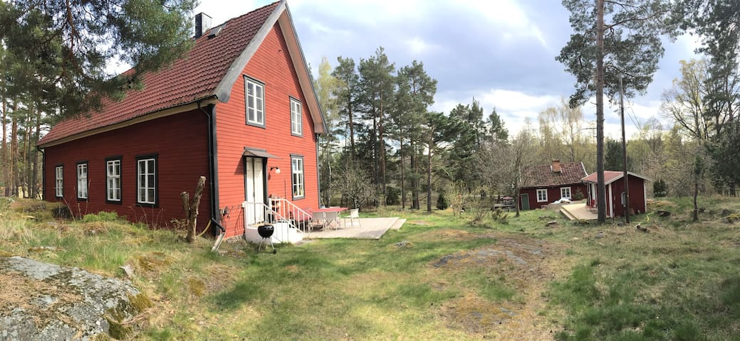 Huvudhuset och torpet. The main building and the cottage.