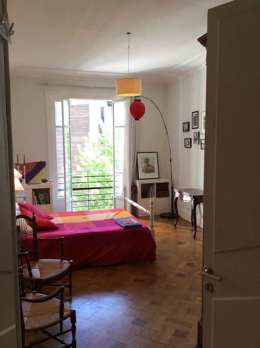 grande chambre avec parquet ancien et belle hauteur sous plafond.