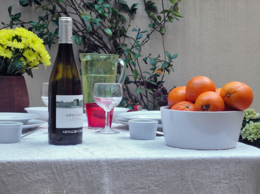 alfresco dinner: sipping a prosecco glass on the terracce