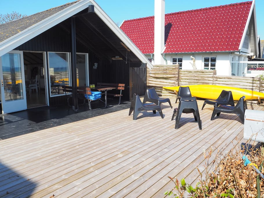 Front of house and wooden terrasse 10m from the sandy beach.