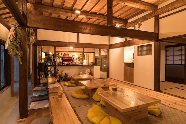 築70年の古民家を改装したおしゃれなカフェに泊まる