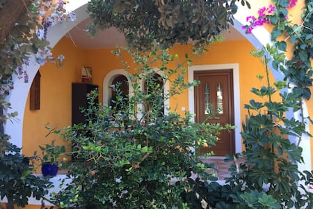 Studio, with big yard 10 meters away from beach - Kokkini Hani