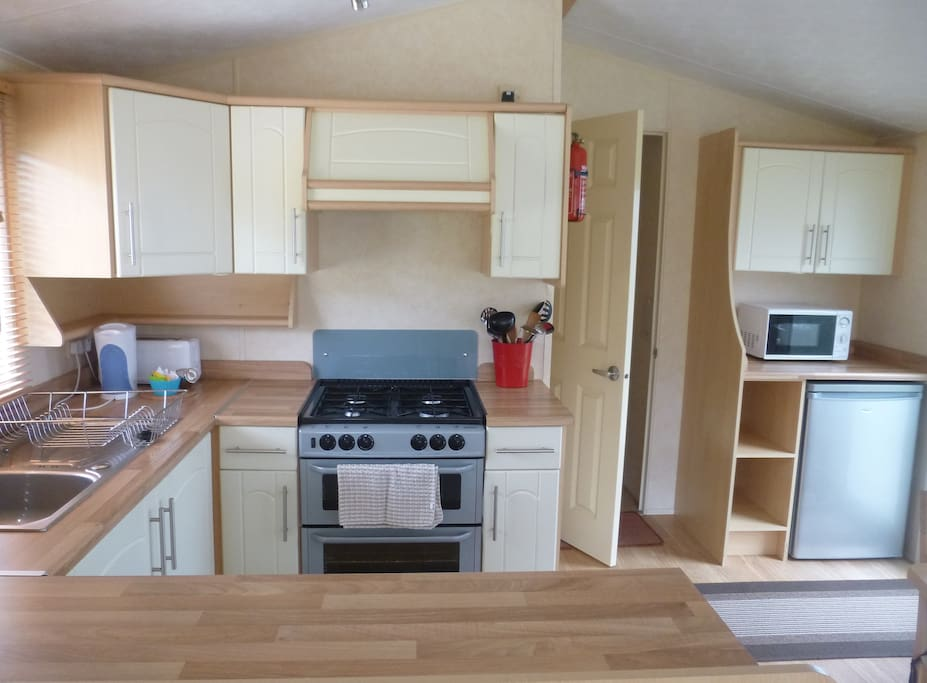 Lovely modern kitchen with gas hob/grill & oven