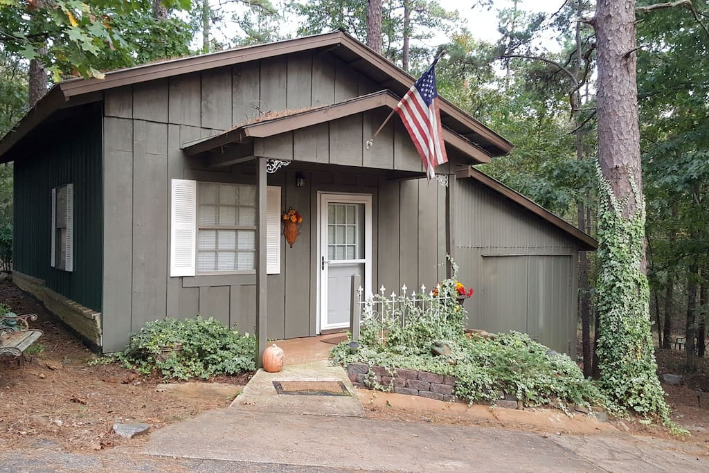 Mini Me  Cottage features one bed and one bath complete kitchen and screened in back porch!