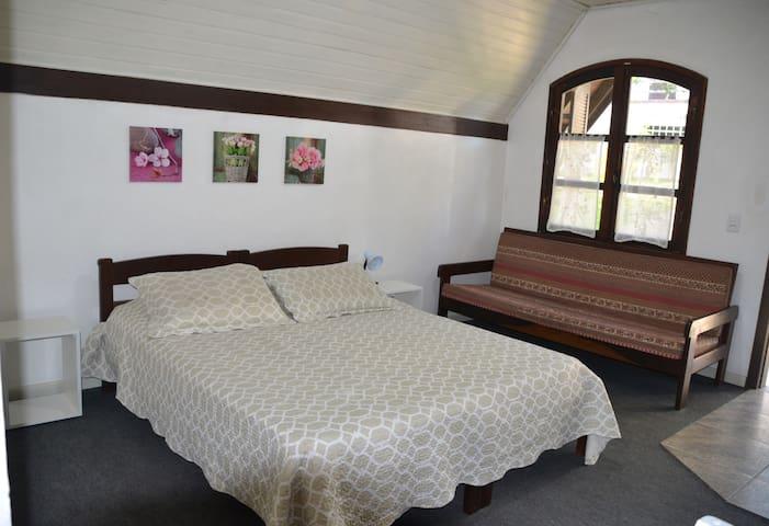 Interior da cabana com lareira, tv (aberta) e frigobar!