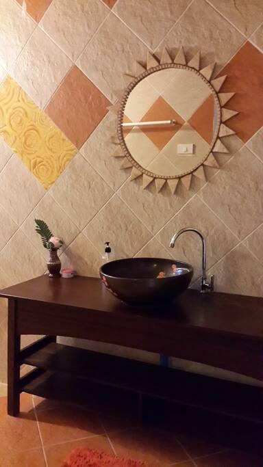 ห้องน้ำที่กว้าง พร้อมฝักบัวอาบน้ำ