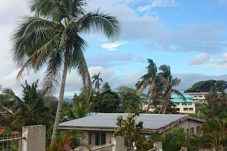 Mango tree hut in the midst of Suva - Daire