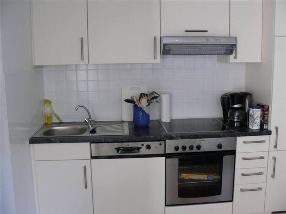 Küche in Vollausstattung mit Zugang zur Terrasse
