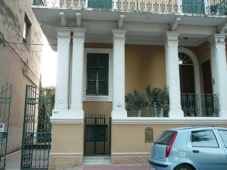 I due ingressi dell'appartamento : verso la corte interna e entrata principale