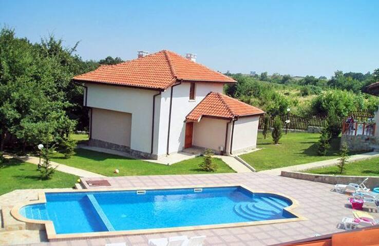 Charmante Maison avec piscine partagée