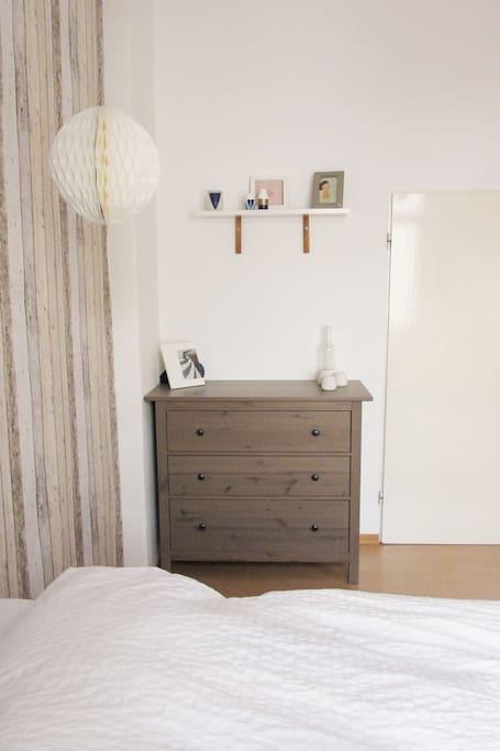 Schlafzimmer: Platz für Euer Reisegepäck in der Kommode