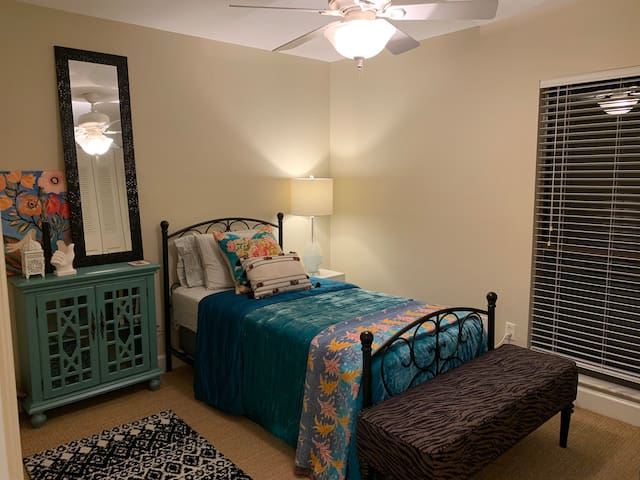 Attractive Single Room Near UF -on Creek/Nature