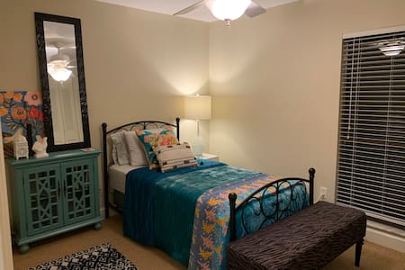 Single Room Near UF - Nature Setting
