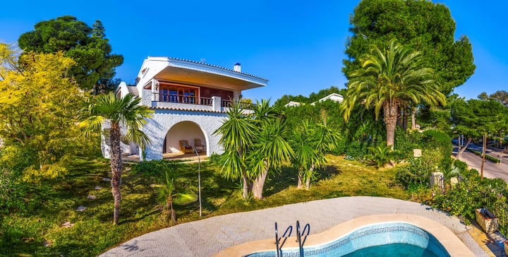 Charming Villa with sea views. Splendid location