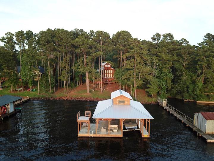 Rustic modern lakehouse in Texas