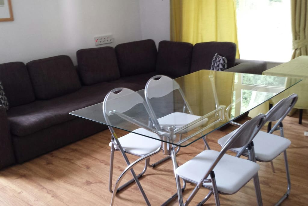 Sitting/dining area for 4-6 people