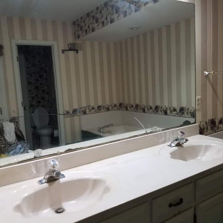 Private King Bdrm & Jacuzzi by Corporate Woods, KS