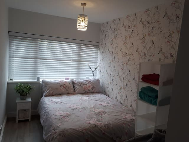 Cosy chic double room with ensuite Shelfield WS4