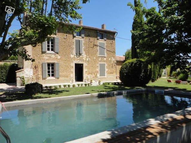 MAS 300 m² 10 PERSONNES + PISCINE - Althen-des-Paluds - Casa
