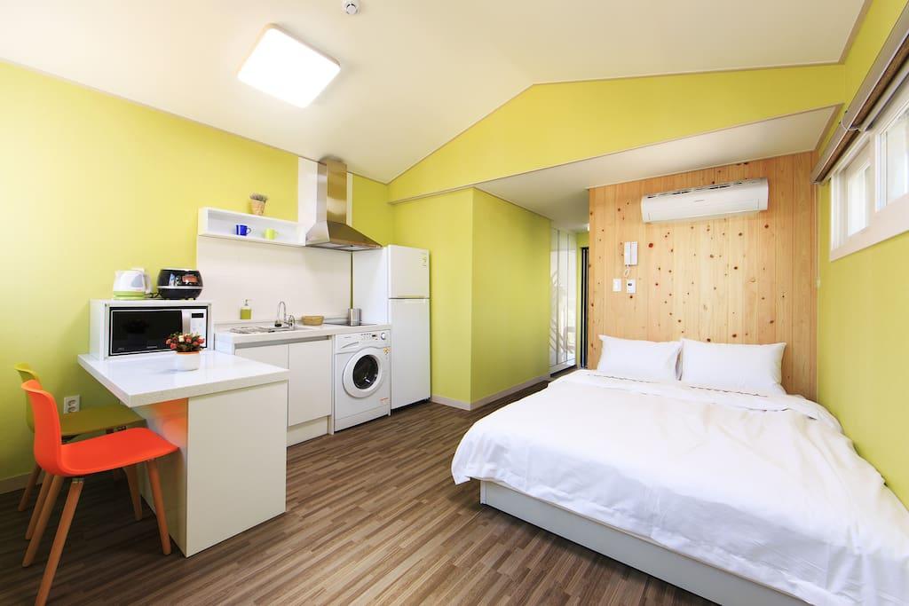 객실에는 필요한 모든 물품들이 갖추어져 있고, 침대 머리맡의 편백나무는 푹 주무실수 있도록 도와줍니다.