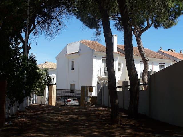 Preciosa casa junto a la playa, rodeada de pinares - Isla Cristina - Huis