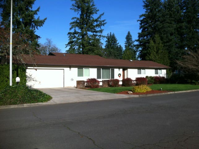 Vancouver Vacation Abode--15 min to PDX on I-205