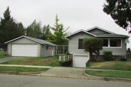 US OPEN! Cozy home with parking - Tacoma