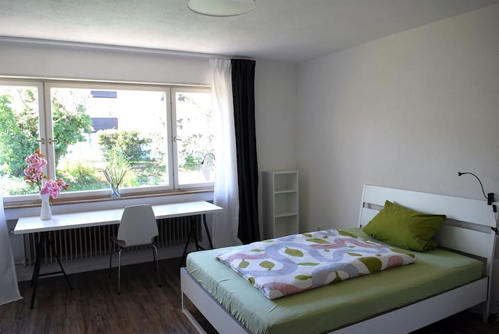 Großes, ruhiges und helles Zimmer - Freiburg im Breisgau - Talo