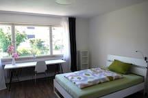 Großes, ruhiges und helles Zimmer