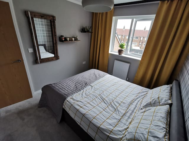 Bright double bedroom with views off the garden