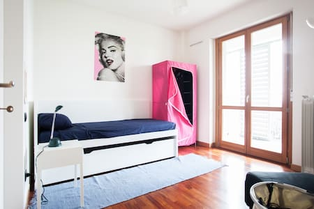 Nice single room with balcony - Appartement