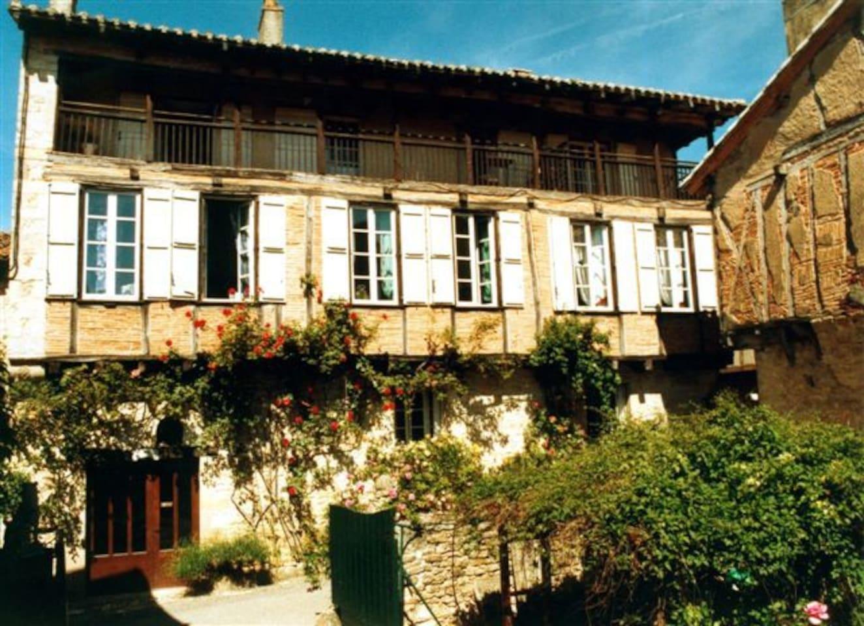 Maison du XVIIème au coeur de Puycelsi, village médiéval