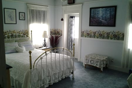 The Ciara Room with private bath - Du Quoin - Bed & Breakfast