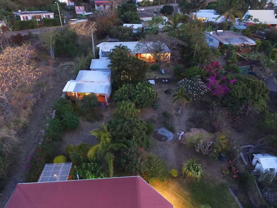 Le jardin et la case vus du ciel (la location est sur la partie gauche de la photo)