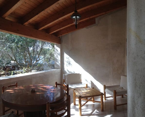 la veranda è ben riservata e affaccia sul giardino e permette di cenare all'aperto