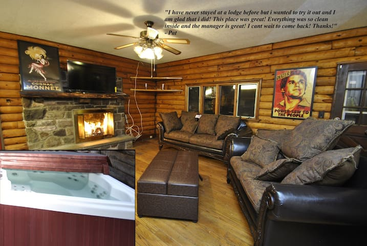Lodge @ Red Rock - w/Hot Tub & Privacy (Sleeps 15) - Tannersville - บ้าน