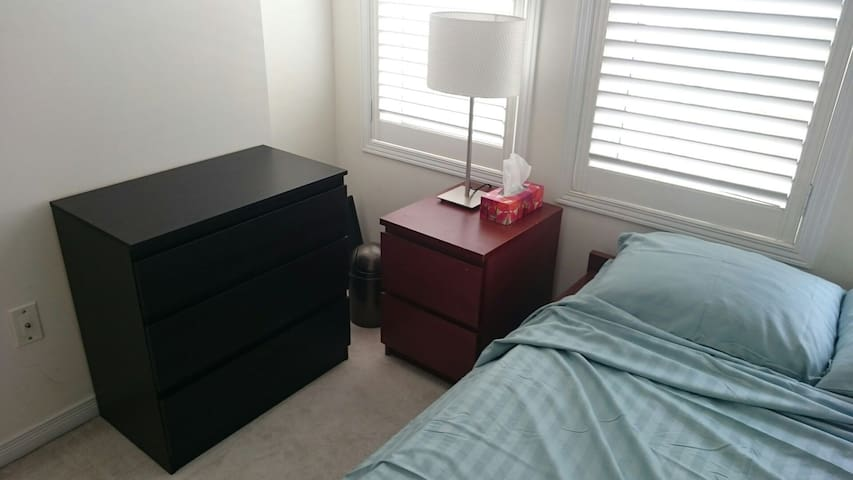 Private bedroom & bathroom near Pearson Airport!