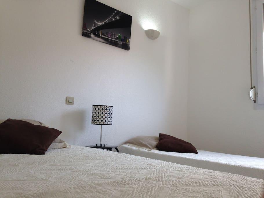 Chambre avec deux lits une place (possibilité de les rapprocher pour en faire un couchage deux places)