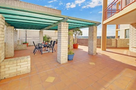 Great bedroom with own bathroom close to transport - Naremburn