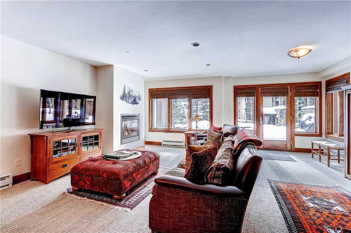Mountain view condo w/ on-site pool and hot tubs just steps from gondola