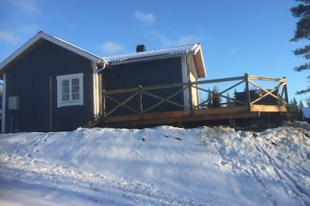 Nybyggd stuga i Sjurby (Oxberg) utanför Mora - Oxberg