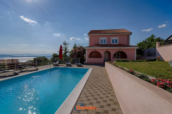 Villa with pool and sea view, near the beach