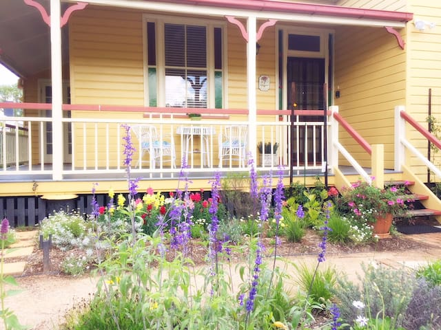 Spacious Quiet Anne's Cottage near Queens Park CBD